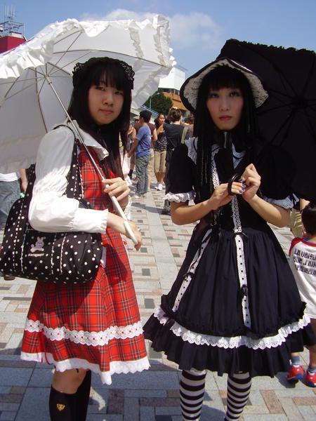 http://selectedfew.files.wordpress.com/2009/08/482841-lolita-l-and-goth-lolita-r-harajuku-girls-01.jpg